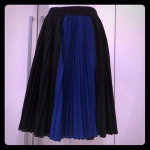 Stunning BCBG pleated skirt. In blue or beige